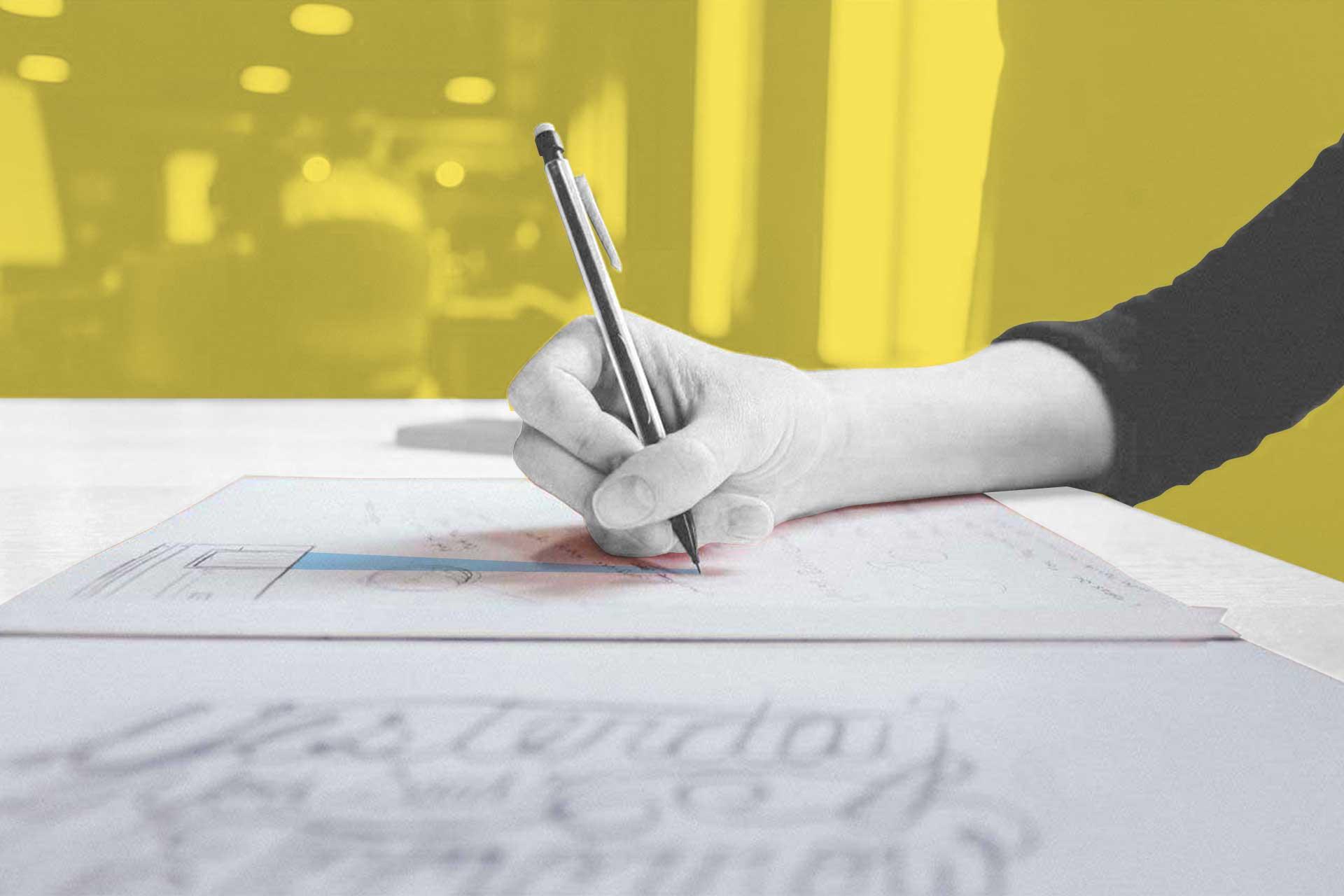 Designer e sfondo giallo