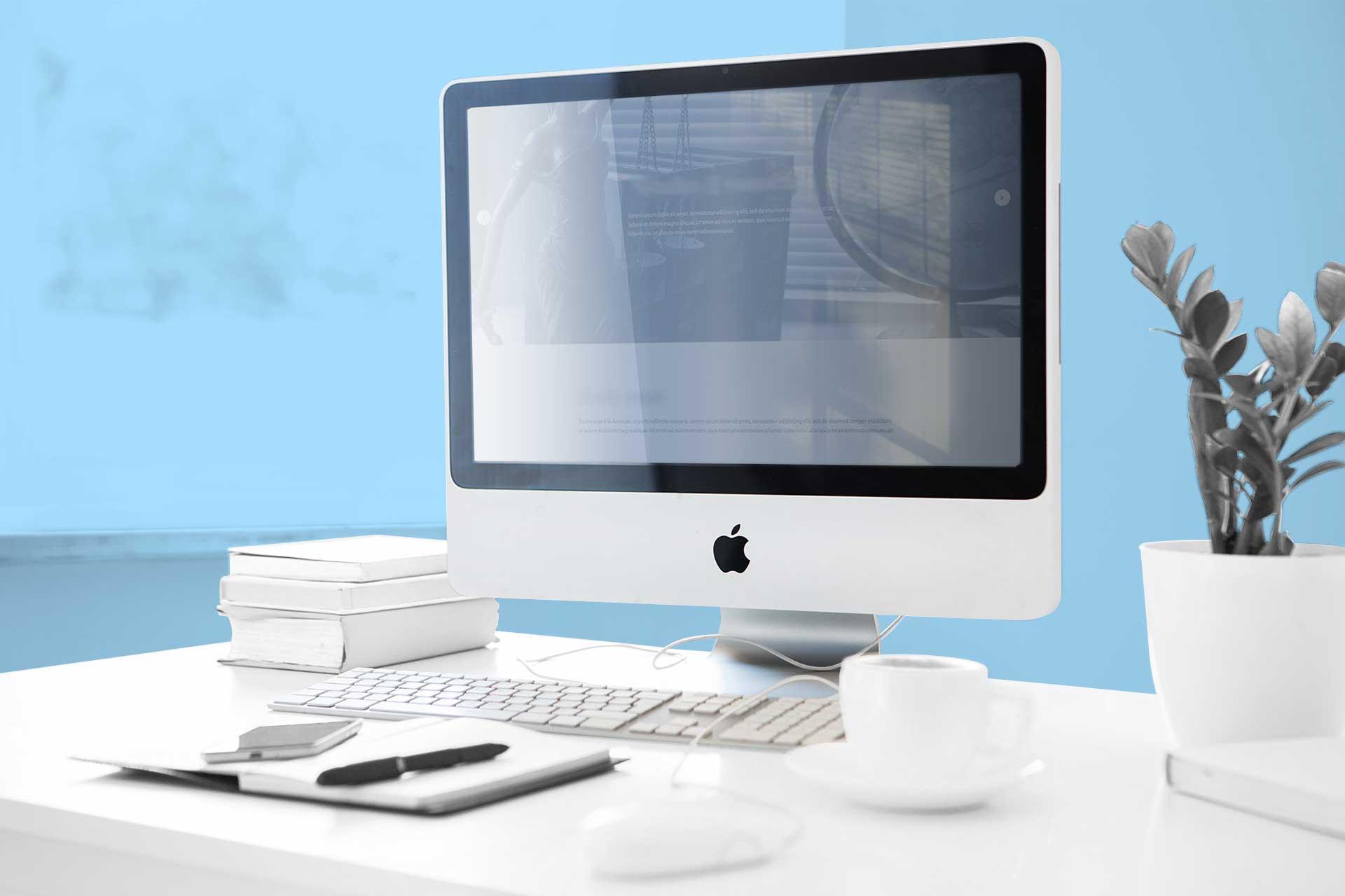 Computer e sfondo azzurro