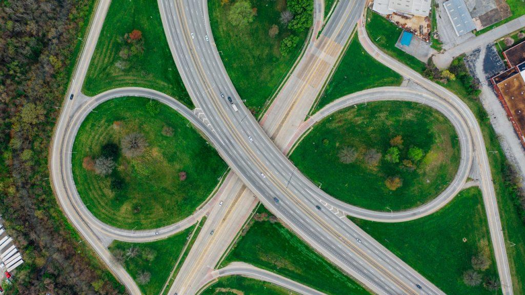 Strade che convergono - Foto di Kelly Lacy da Pexels